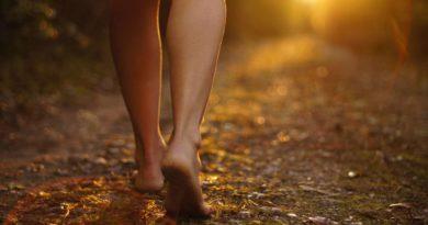 Dlaczego warto chodzić boso?