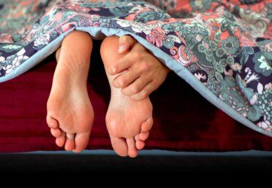 Dlaczego stopy swędzą? Poznaj przyczyny występowania świądu skóry.